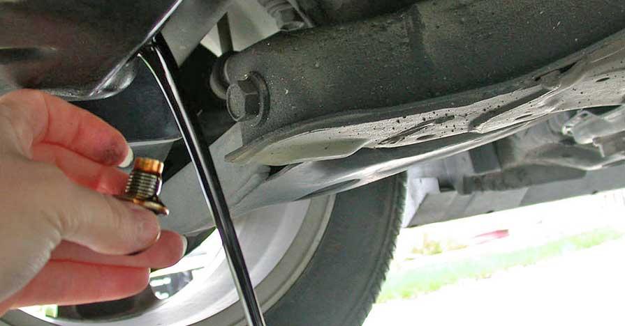 Draining_motor_oil.jpg