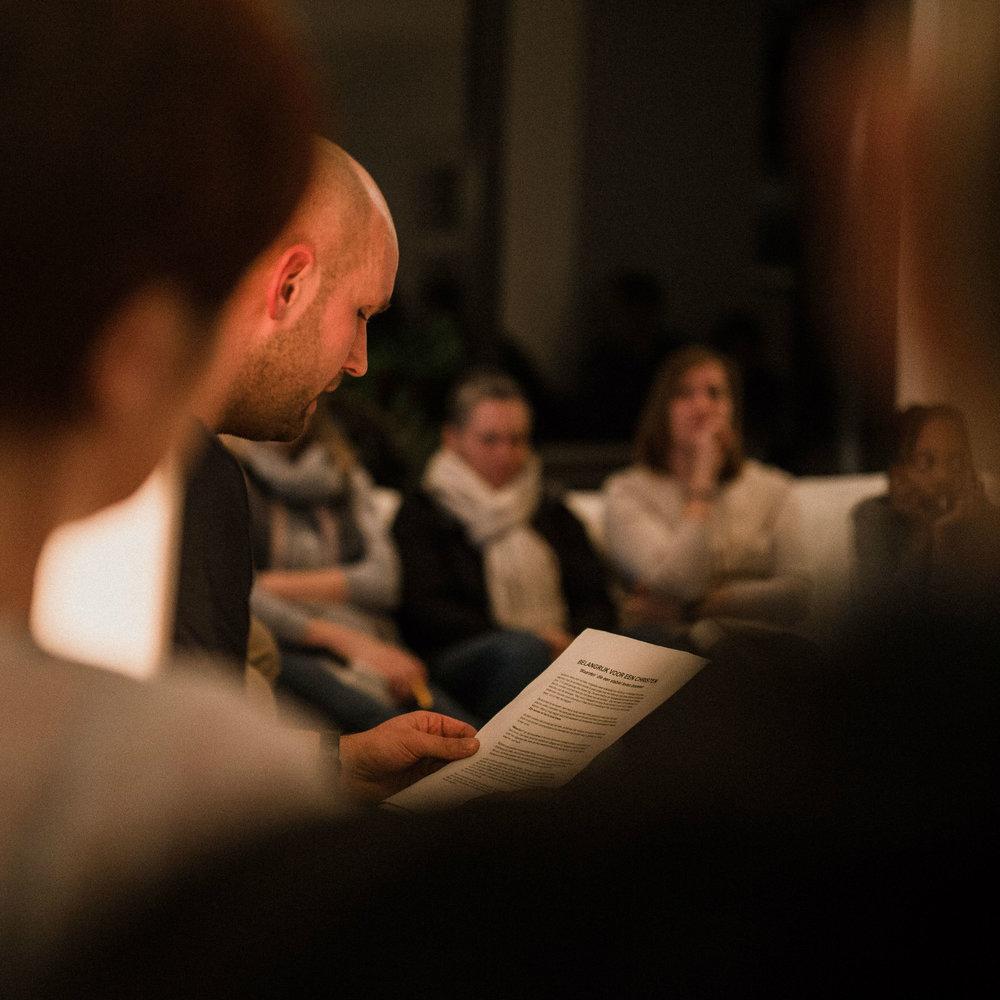 LIFE GROUPS - In gesprek leer je het meeste over jezelf, over het leven en over Jezus. In onze kerk zijn er veel verschillende Life Groups. Een groep vrienden die eens per maand samenkomt in een huis of cafe om lekker te eten en daarbij te praten over het geloof. Door deze groepen bouw je echte vriendschappen op en groei je in je relatie met God.