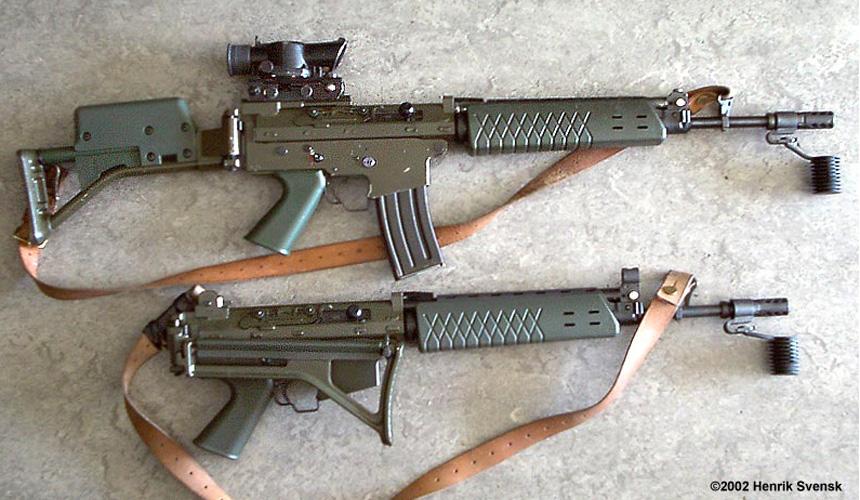 Ak 5B med SUSAT-siktet ovanför en vanlig Ak 5A. B-varianten avskaffades tillsammans med A cirka 2008–2010, vilket gjorde att skarpskyttarna blev av med vapensystem som (trots sina brister) åtminstone var anpassat för dem. Foto: Henrik Svensk.