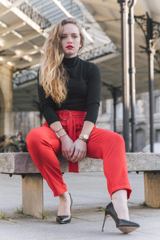 Pantalon rouge et talons hauts