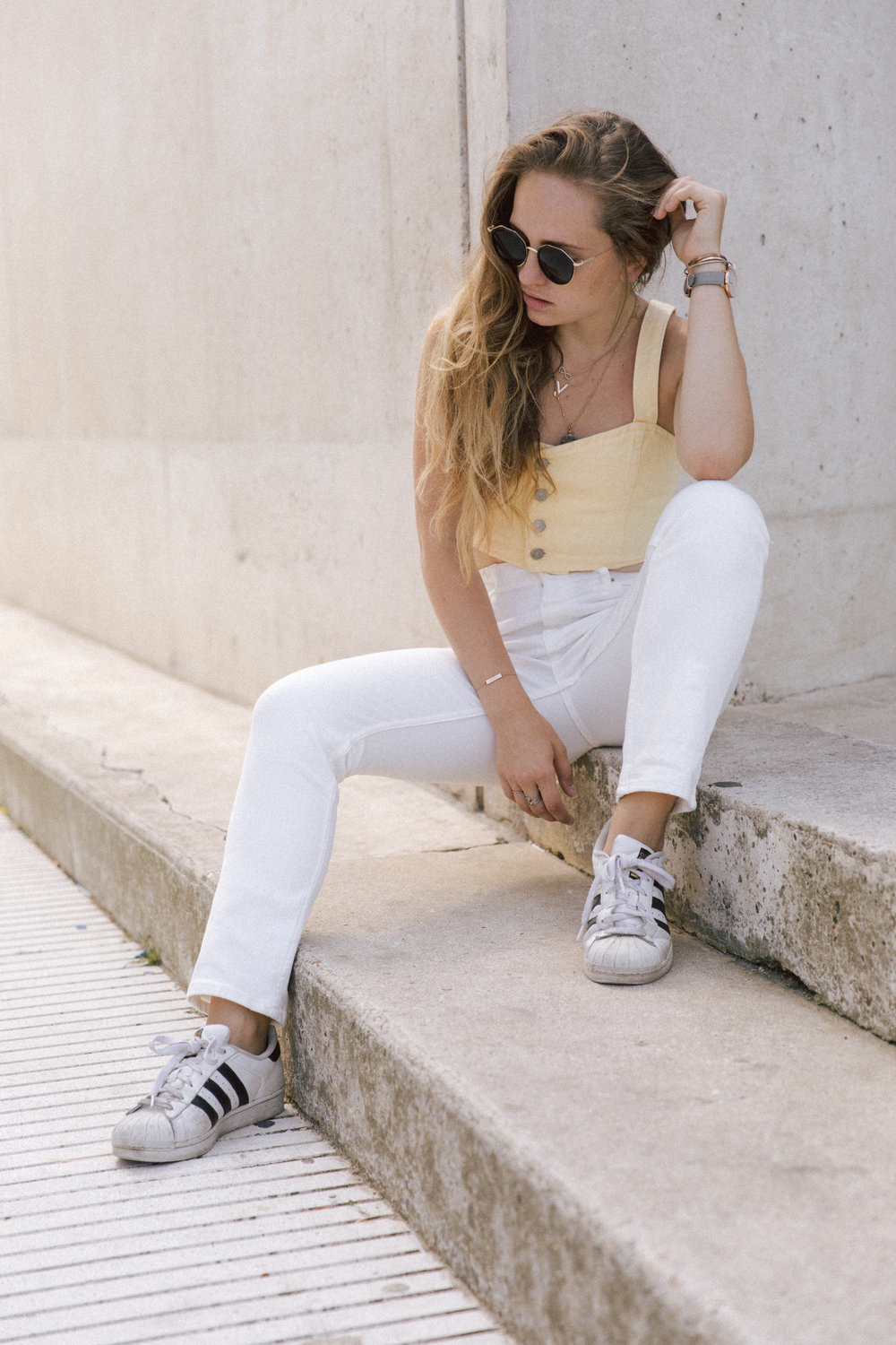 Total look denim jaune et blanc