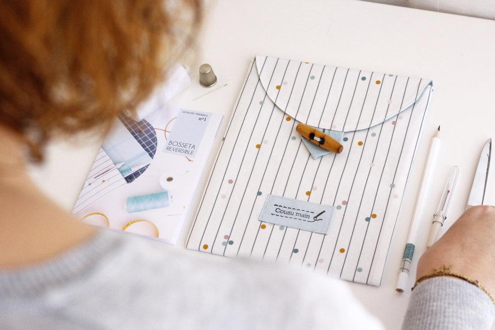En mi taller de iniciación a la costura se aprende a hacer una bolsita reversible como ésta.