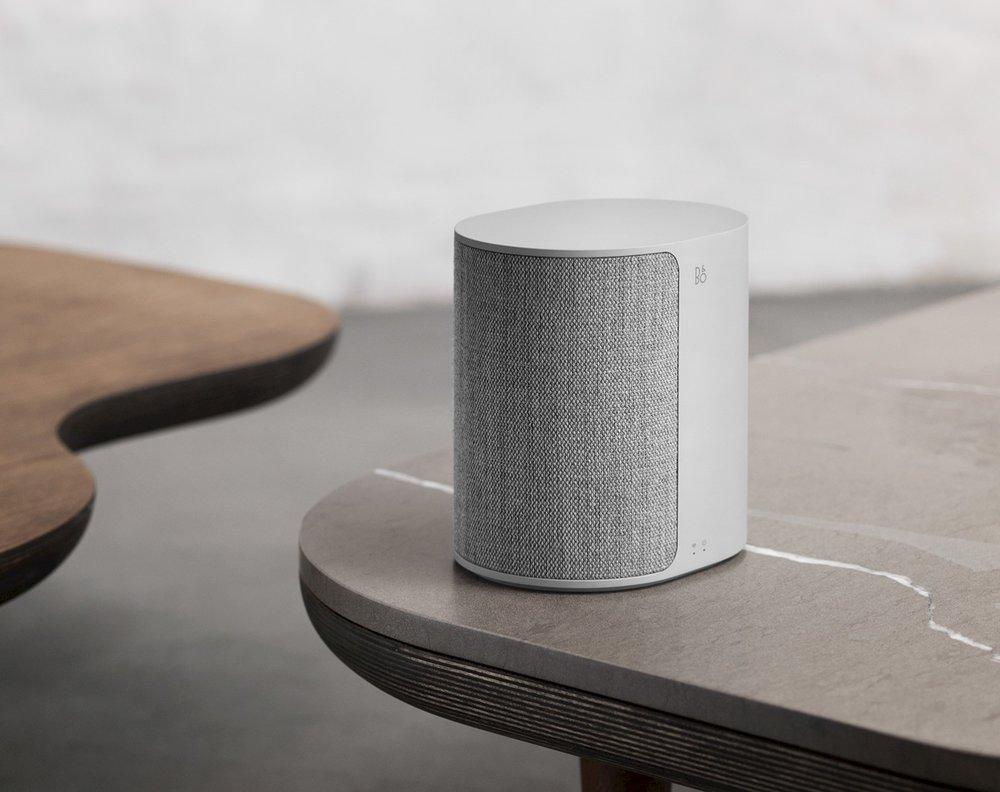 BeoPlay M3 - Der BeoPlay M3 liefert ein fein abgestimmtes Klangerlebnis das jeden kleinen bis mittelgroßen Raum mit dem satten und authentischen Bang & Olufsen Signature Sound füllt. Die Klangqualität wird durch die durchdachte Positionierung des Tieftöners und einen wohlgeformten Dispenser, der für eine gleichmäßige Klangverteilung sorgt, weiter verbessert.Ab Lager verfügbar in allen Farben CHF 299.-