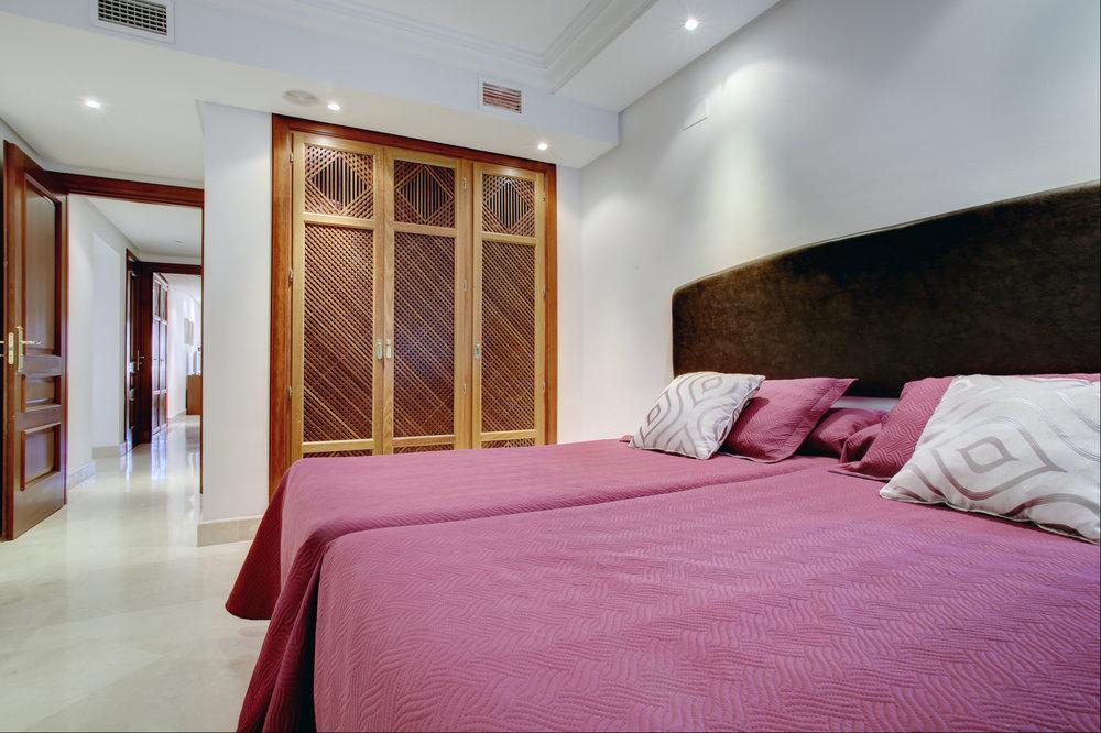 Guest bedroom (2).jpg