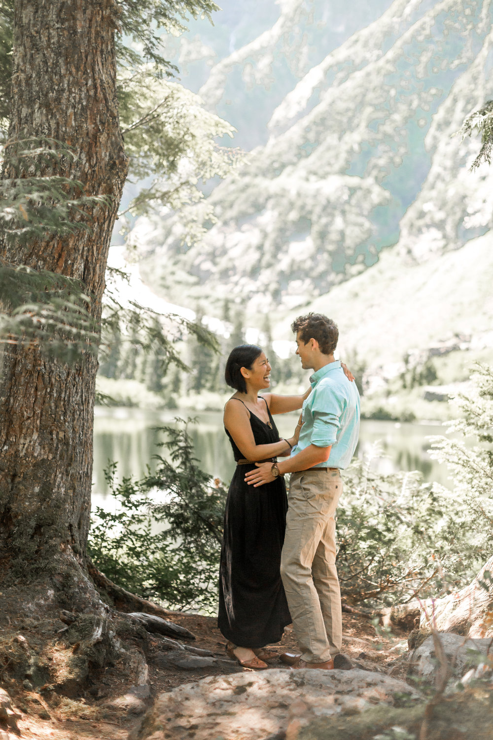 nicole-daacke-photography-hiking-engagement-session-in-snoqualmie-pass-washington-wedding-photographer-seattle-elopement-photography-adventurous-hiking-photos-heather-lake-washington-trails-4.jpg