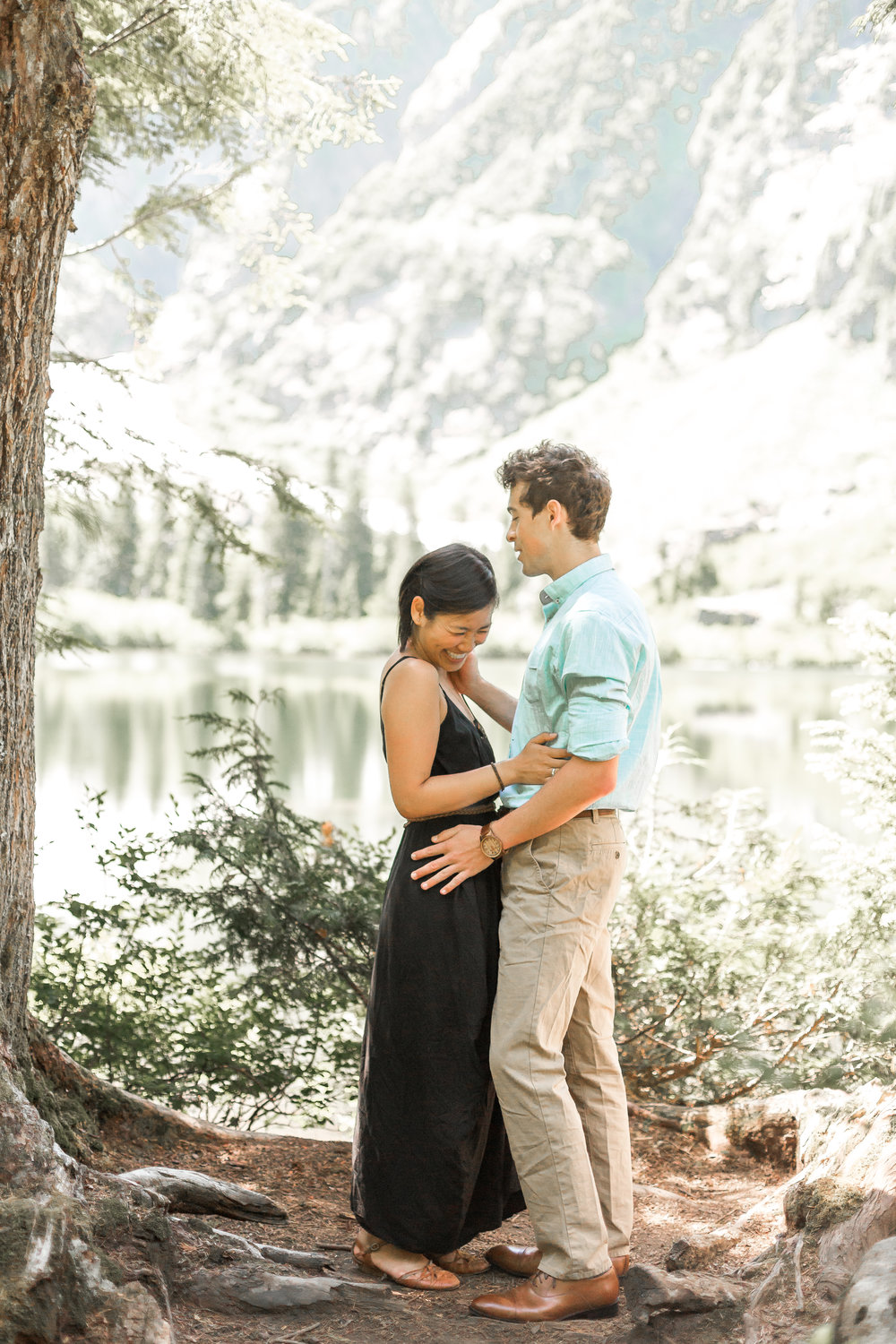 nicole-daacke-photography-hiking-engagement-session-in-snoqualmie-pass-washington-wedding-photographer-seattle-elopement-photography-adventurous-hiking-photos-heather-lake-washington-trails-5.jpg