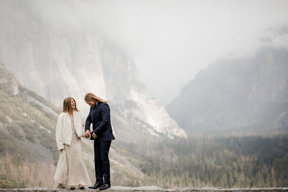 nicole-daacke-photography-yousemite-national-park-elopement-photographer-winter-cloud-moody-elope-inspiration-yosemite-valley-tunnel-view-winter-cloud-fog-weather-wedding-photos-3.jpg