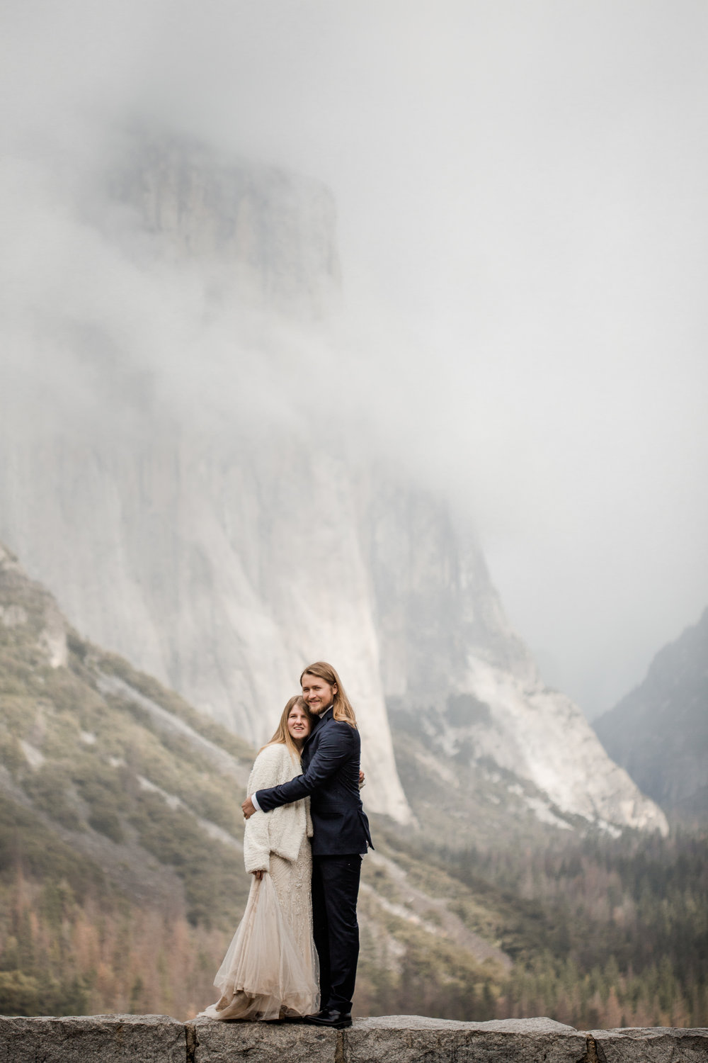 nicole-daacke-photography-yousemite-national-park-elopement-photographer-winter-cloud-moody-elope-inspiration-yosemite-valley-tunnel-view-winter-cloud-fog-weather-wedding-photos-4.jpg
