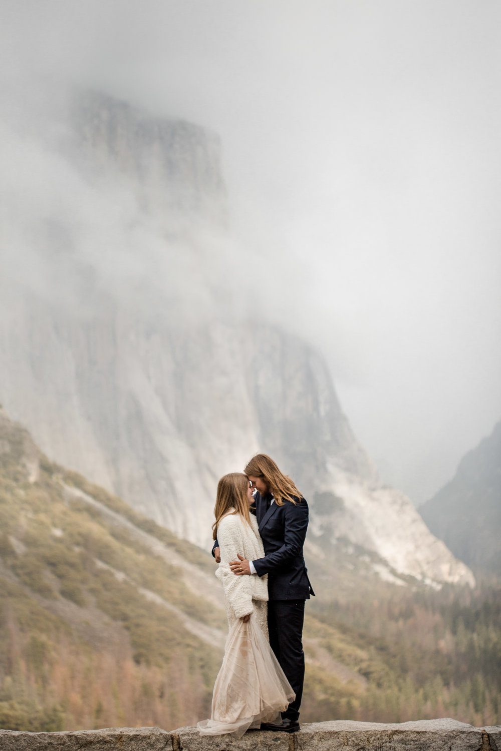 nicole-daacke-photography-yousemite-national-park-elopement-photographer-winter-cloud-moody-elope-inspiration-yosemite-valley-tunnel-view-winter-cloud-fog-weather-wedding-photos-6.jpg