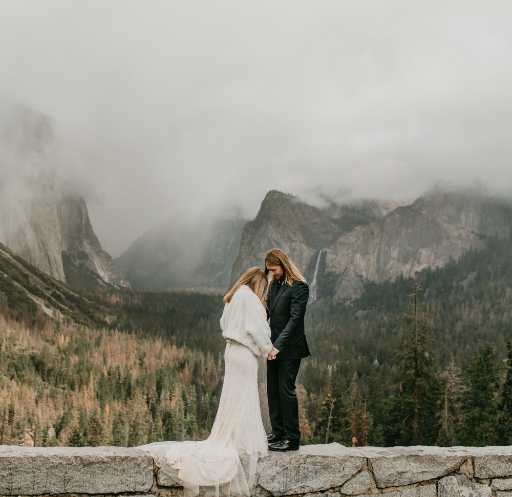 nicole-daacke-photography-yousemite-national-park-elopement-photographer-winter-cloud-moody-elope-inspiration-yosemite-valley-tunnel-view-winter-cloud-fog-weather-wedding-photos-10.jpg