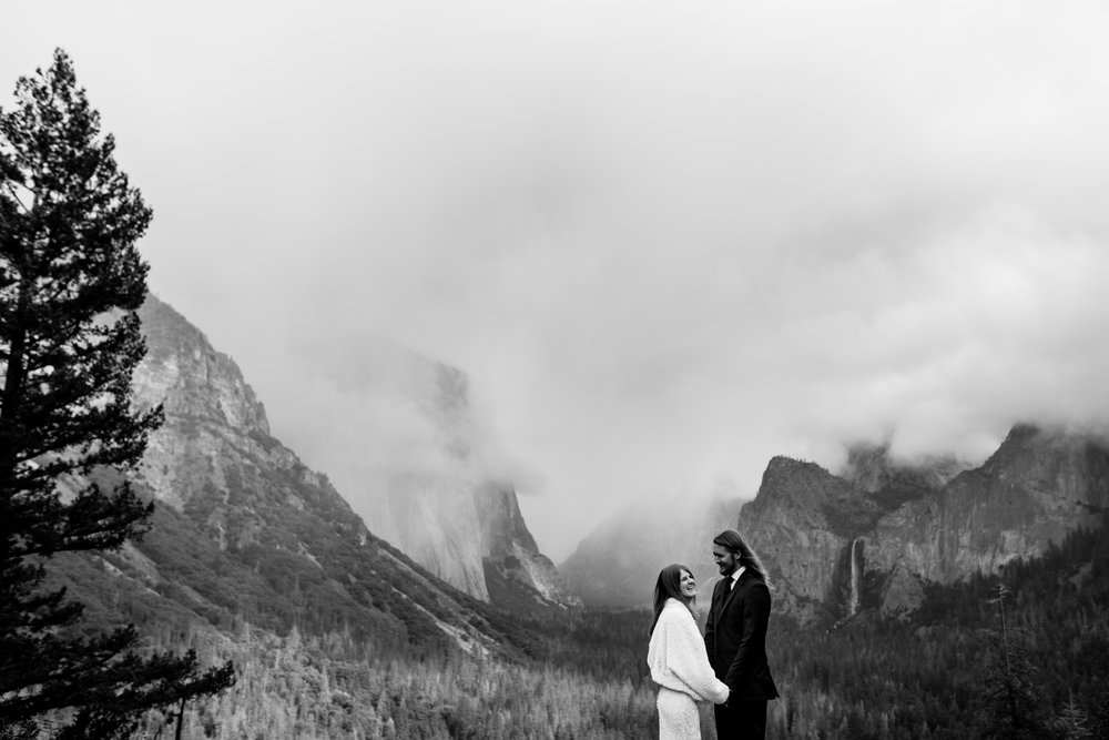 nicole-daacke-photography-yousemite-national-park-elopement-photographer-winter-cloud-moody-elope-inspiration-yosemite-valley-tunnel-view-winter-cloud-fog-weather-wedding-photos-12.jpg