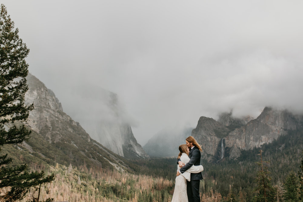 nicole-daacke-photography-yousemite-national-park-elopement-photographer-winter-cloud-moody-elope-inspiration-yosemite-valley-tunnel-view-winter-cloud-fog-weather-wedding-photos-13.jpg