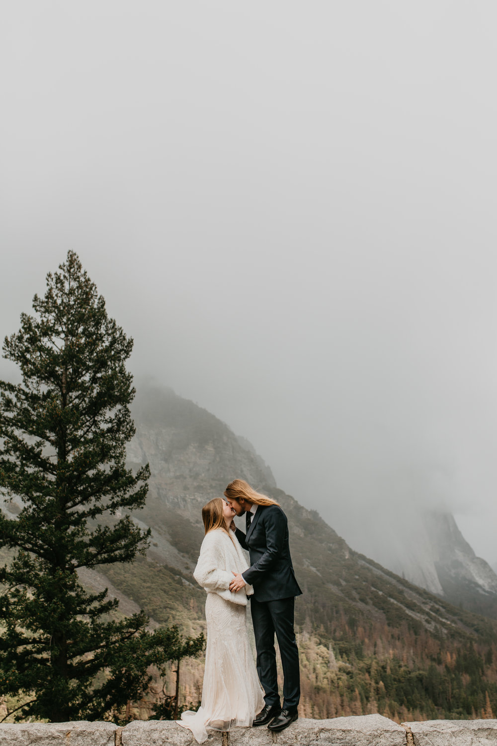 nicole-daacke-photography-yousemite-national-park-elopement-photographer-winter-cloud-moody-elope-inspiration-yosemite-valley-tunnel-view-winter-cloud-fog-weather-wedding-photos-17.jpg