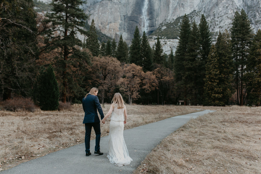 nicole-daacke-photography-yousemite-national-park-elopement-photographer-winter-cloud-moody-elope-inspiration-yosemite-valley-tunnel-view-winter-cloud-fog-weather-wedding-photos-19.jpg