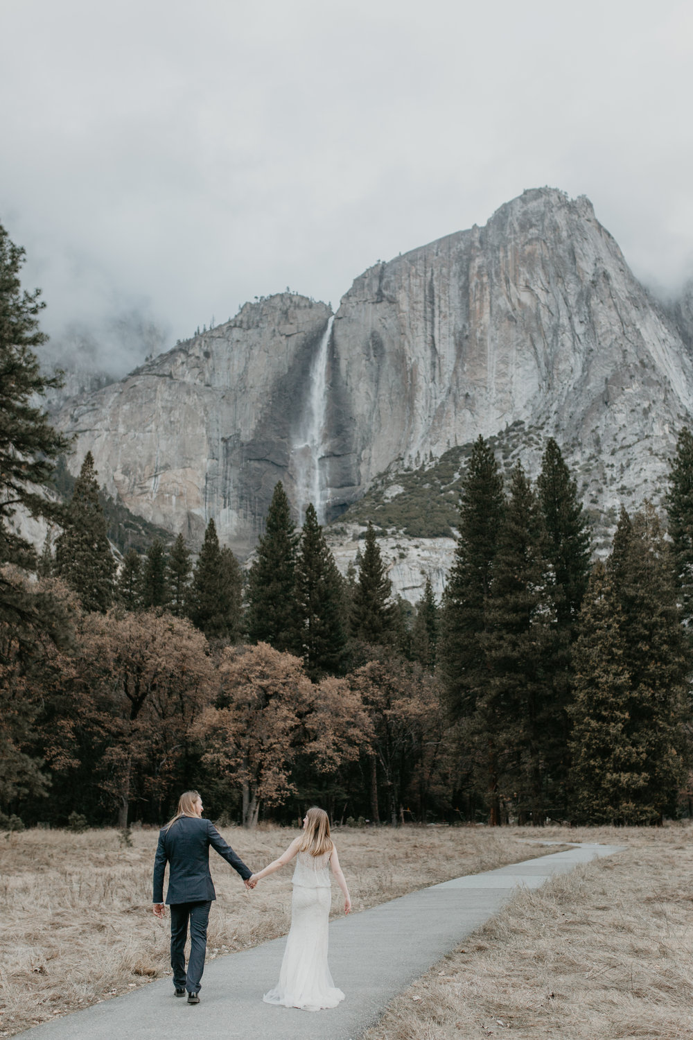nicole-daacke-photography-yousemite-national-park-elopement-photographer-winter-cloud-moody-elope-inspiration-yosemite-valley-tunnel-view-winter-cloud-fog-weather-wedding-photos-20.jpg