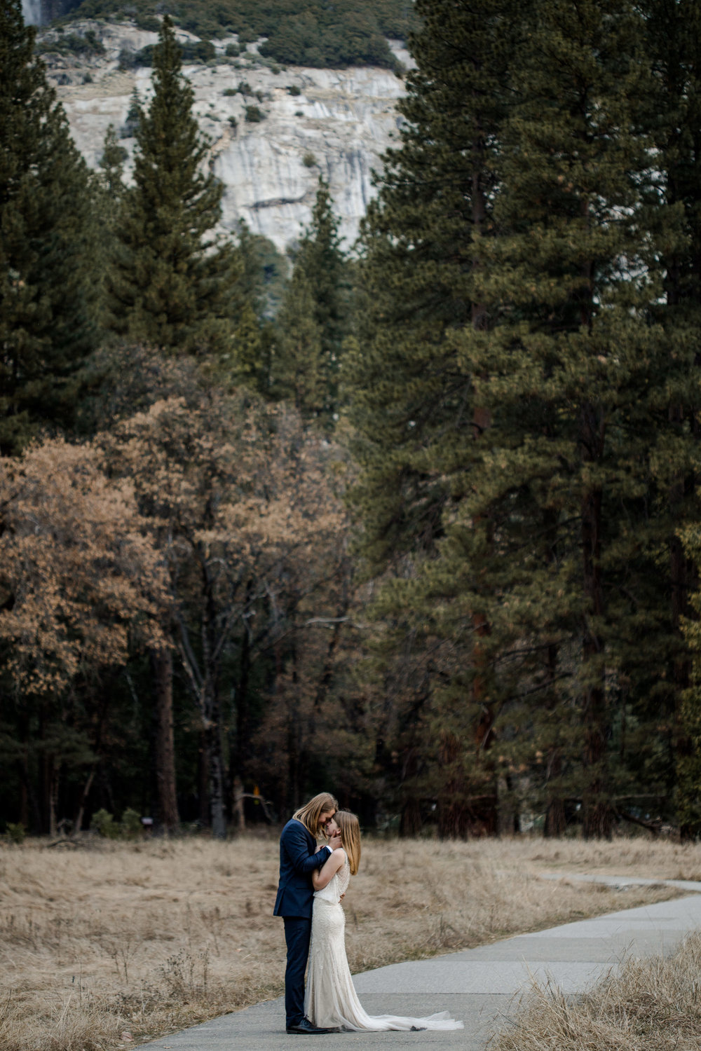 nicole-daacke-photography-yousemite-national-park-elopement-photographer-winter-cloud-moody-elope-inspiration-yosemite-valley-tunnel-view-winter-cloud-fog-weather-wedding-photos-24.jpg