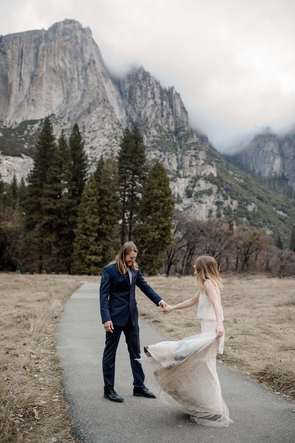 nicole-daacke-photography-yousemite-national-park-elopement-photographer-winter-cloud-moody-elope-inspiration-yosemite-valley-tunnel-view-winter-cloud-fog-weather-wedding-photos-26.jpg