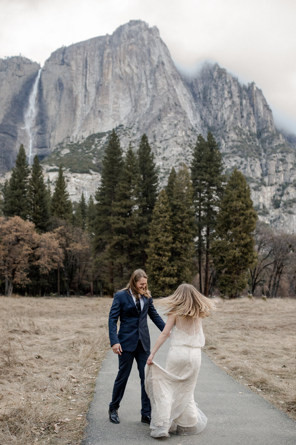 nicole-daacke-photography-yousemite-national-park-elopement-photographer-winter-cloud-moody-elope-inspiration-yosemite-valley-tunnel-view-winter-cloud-fog-weather-wedding-photos-27.jpg