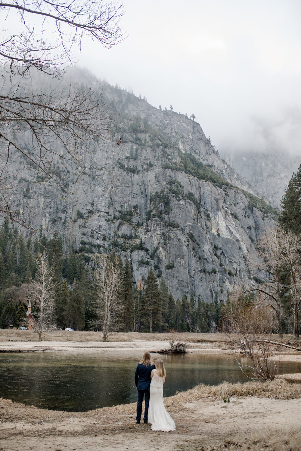 nicole-daacke-photography-yousemite-national-park-elopement-photographer-winter-cloud-moody-elope-inspiration-yosemite-valley-tunnel-view-winter-cloud-fog-weather-wedding-photos-29.jpg