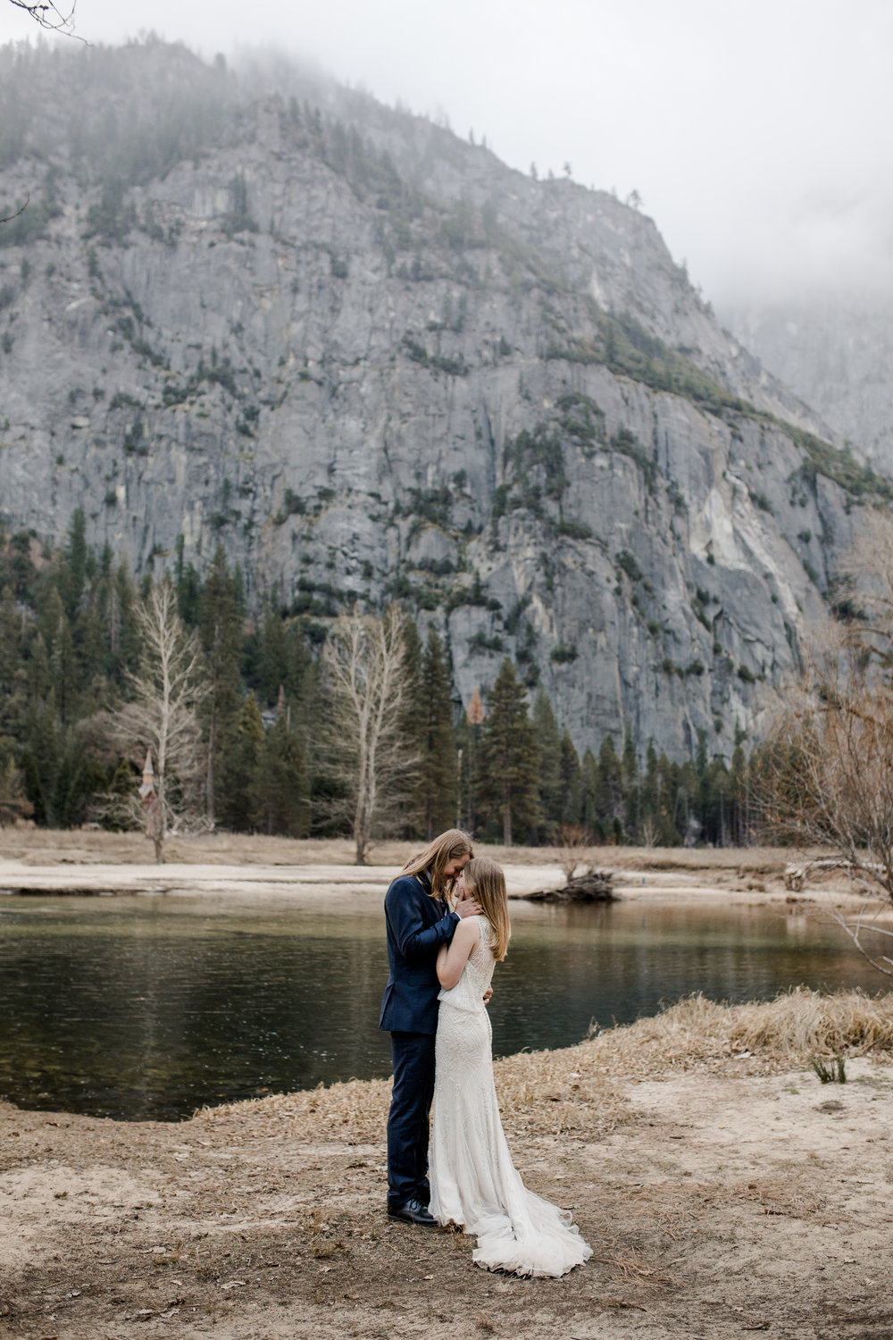 nicole-daacke-photography-yousemite-national-park-elopement-photographer-winter-cloud-moody-elope-inspiration-yosemite-valley-tunnel-view-winter-cloud-fog-weather-wedding-photos-31.jpg