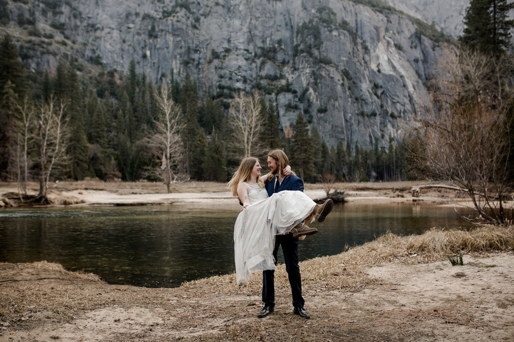 nicole-daacke-photography-yousemite-national-park-elopement-photographer-winter-cloud-moody-elope-inspiration-yosemite-valley-tunnel-view-winter-cloud-fog-weather-wedding-photos-41.jpg