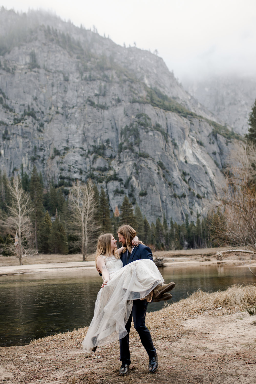 nicole-daacke-photography-yousemite-national-park-elopement-photographer-winter-cloud-moody-elope-inspiration-yosemite-valley-tunnel-view-winter-cloud-fog-weather-wedding-photos-42.jpg