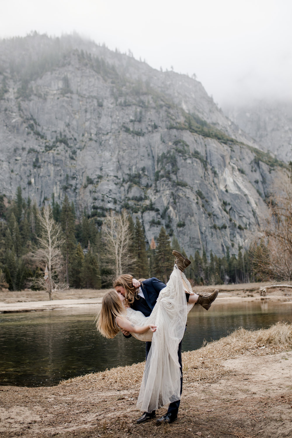nicole-daacke-photography-yousemite-national-park-elopement-photographer-winter-cloud-moody-elope-inspiration-yosemite-valley-tunnel-view-winter-cloud-fog-weather-wedding-photos-43.jpg