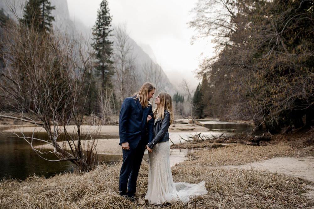 nicole-daacke-photography-yousemite-national-park-elopement-photographer-winter-cloud-moody-elope-inspiration-yosemite-valley-tunnel-view-winter-cloud-fog-weather-wedding-photos-46.jpg