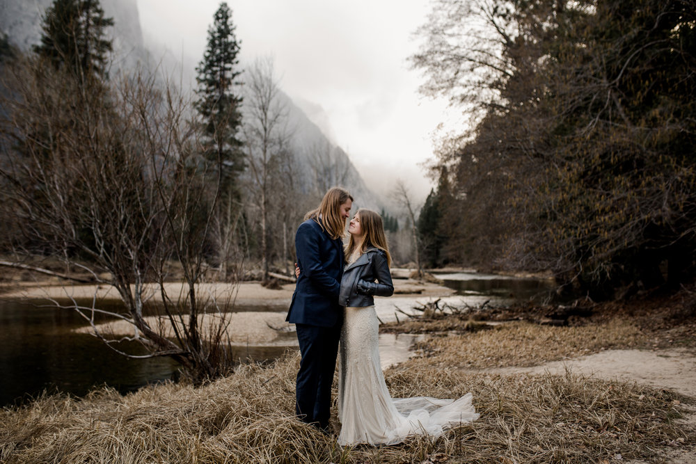 nicole-daacke-photography-yousemite-national-park-elopement-photographer-winter-cloud-moody-elope-inspiration-yosemite-valley-tunnel-view-winter-cloud-fog-weather-wedding-photos-48.jpg