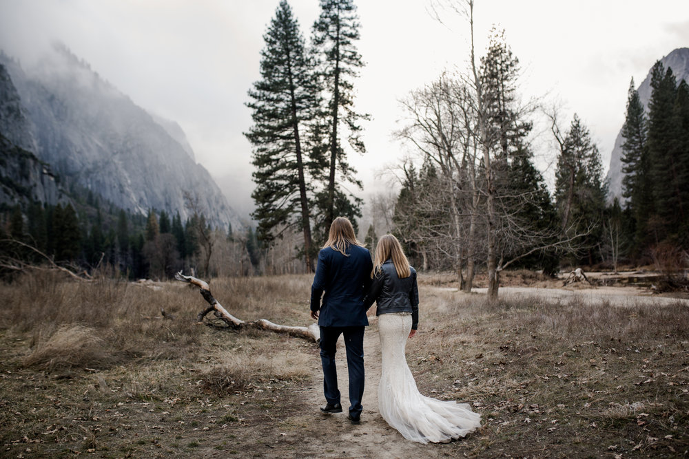 nicole-daacke-photography-yousemite-national-park-elopement-photographer-winter-cloud-moody-elope-inspiration-yosemite-valley-tunnel-view-winter-cloud-fog-weather-wedding-photos-54.jpg