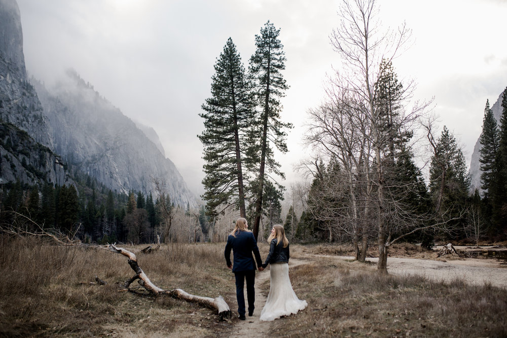 nicole-daacke-photography-yousemite-national-park-elopement-photographer-winter-cloud-moody-elope-inspiration-yosemite-valley-tunnel-view-winter-cloud-fog-weather-wedding-photos-55.jpg