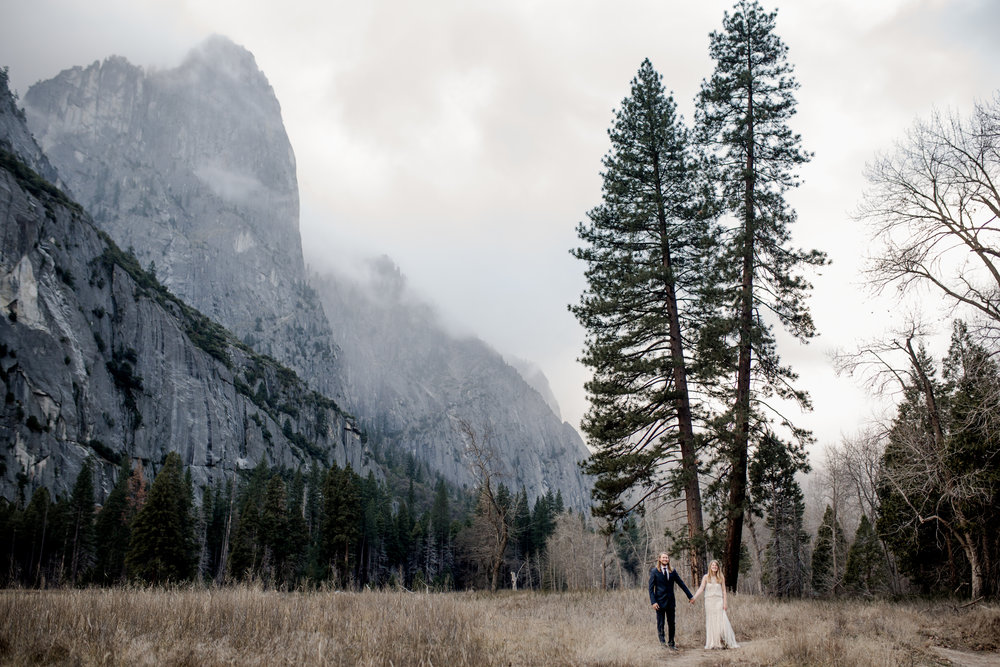 nicole-daacke-photography-yousemite-national-park-elopement-photographer-winter-cloud-moody-elope-inspiration-yosemite-valley-tunnel-view-winter-cloud-fog-weather-wedding-photos-59.jpg
