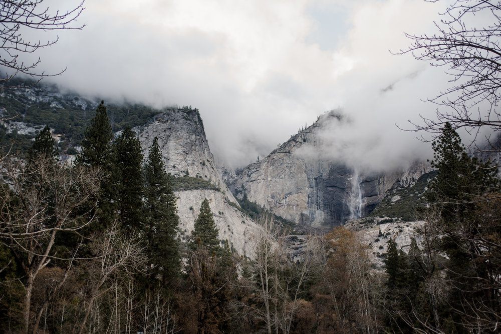nicole-daacke-photography-yousemite-national-park-elopement-photographer-winter-cloud-moody-elope-inspiration-yosemite-valley-tunnel-view-winter-cloud-fog-weather-wedding-photos-58.jpg