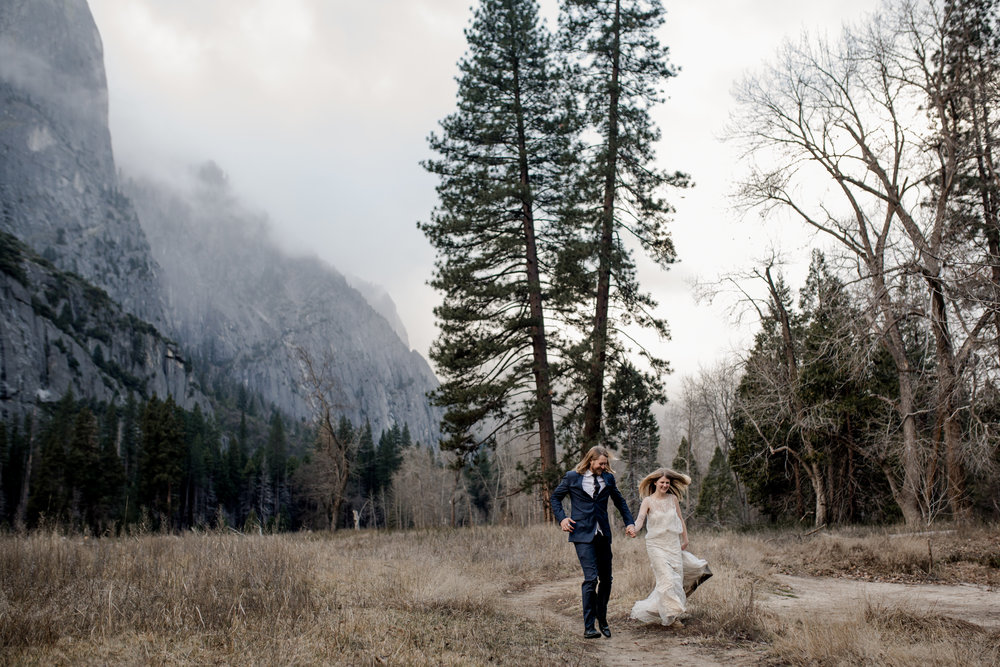 nicole-daacke-photography-yousemite-national-park-elopement-photographer-winter-cloud-moody-elope-inspiration-yosemite-valley-tunnel-view-winter-cloud-fog-weather-wedding-photos-60.jpg