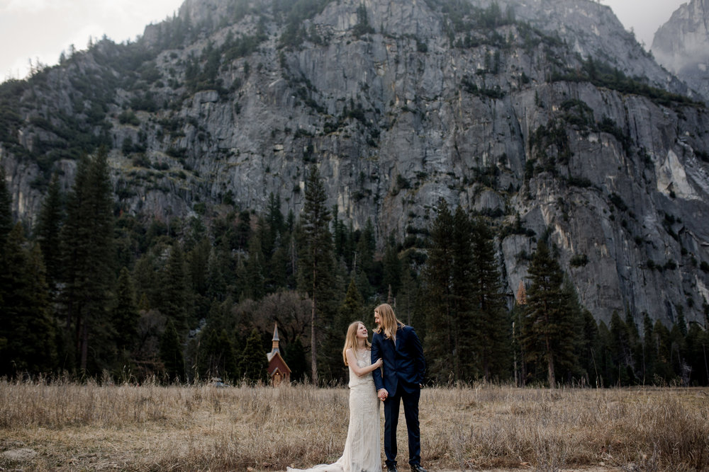 nicole-daacke-photography-yousemite-national-park-elopement-photographer-winter-cloud-moody-elope-inspiration-yosemite-valley-tunnel-view-winter-cloud-fog-weather-wedding-photos-62.jpg