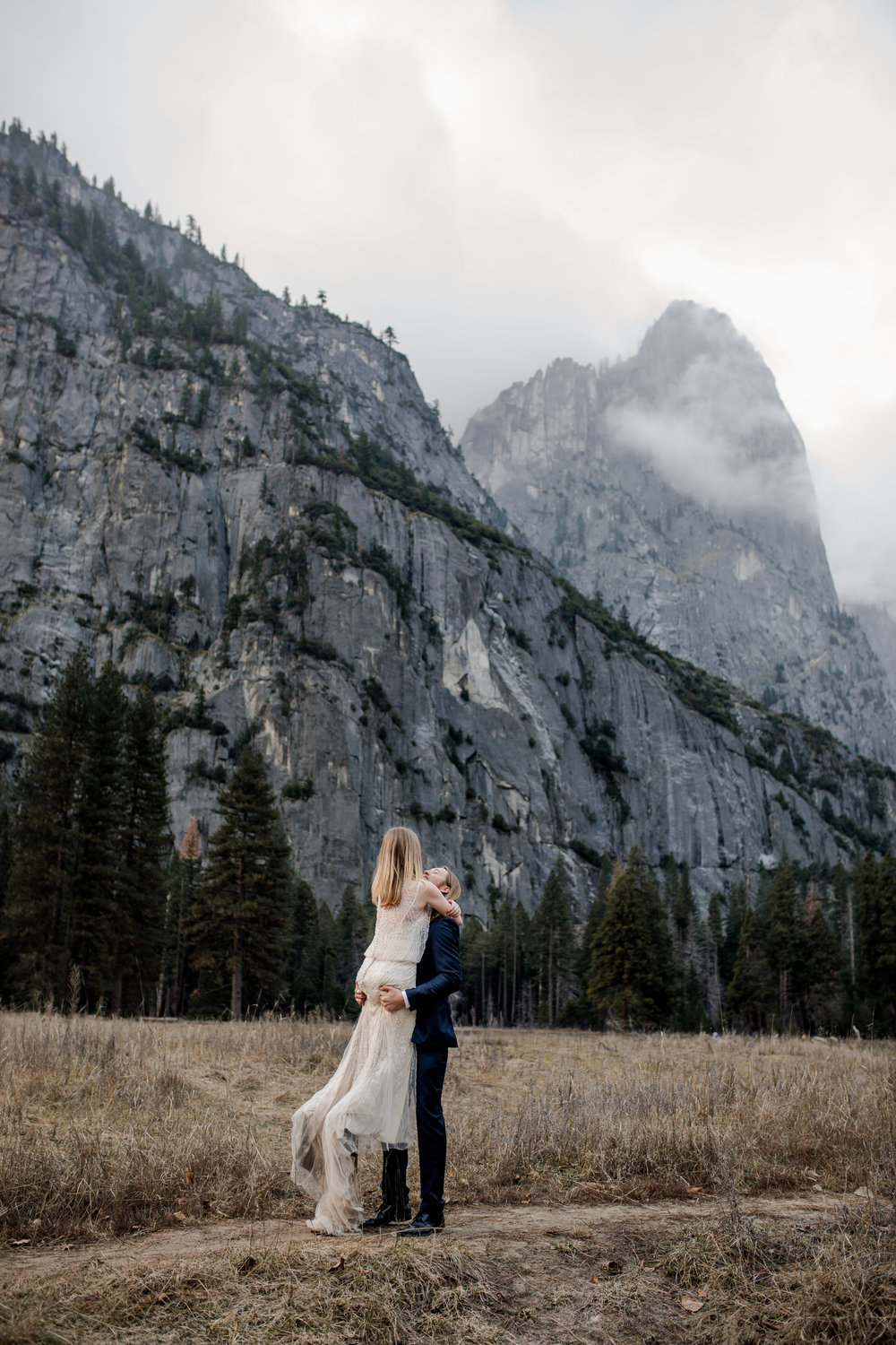 nicole-daacke-photography-yousemite-national-park-elopement-photographer-winter-cloud-moody-elope-inspiration-yosemite-valley-tunnel-view-winter-cloud-fog-weather-wedding-photos-65.jpg