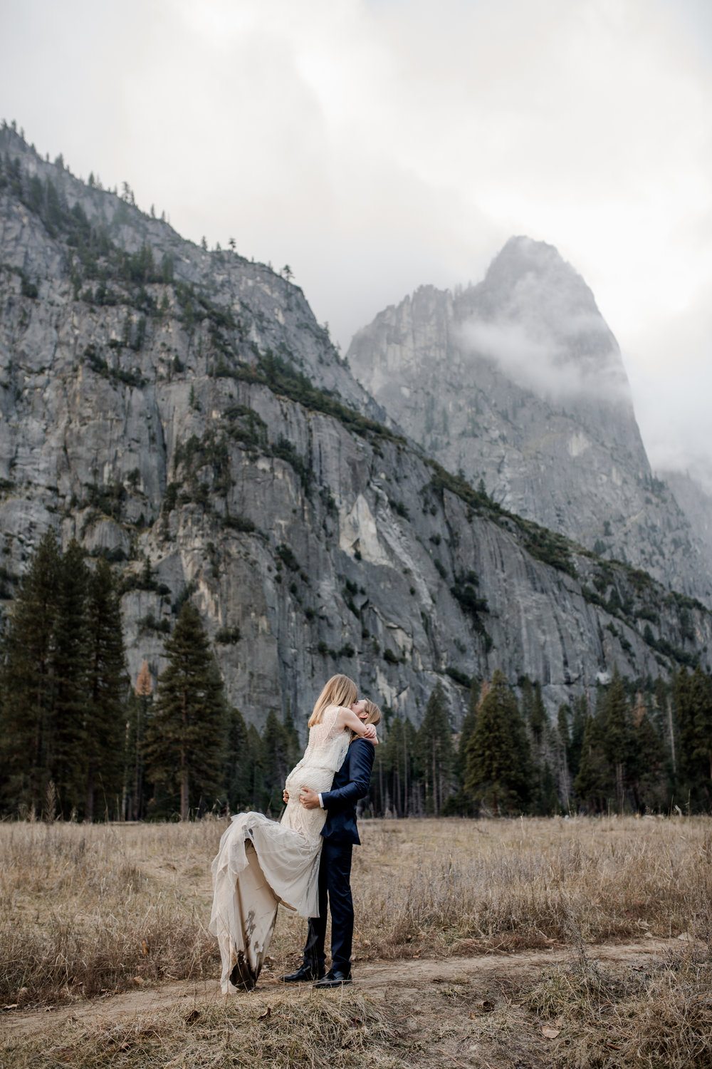 nicole-daacke-photography-yousemite-national-park-elopement-photographer-winter-cloud-moody-elope-inspiration-yosemite-valley-tunnel-view-winter-cloud-fog-weather-wedding-photos-66.jpg