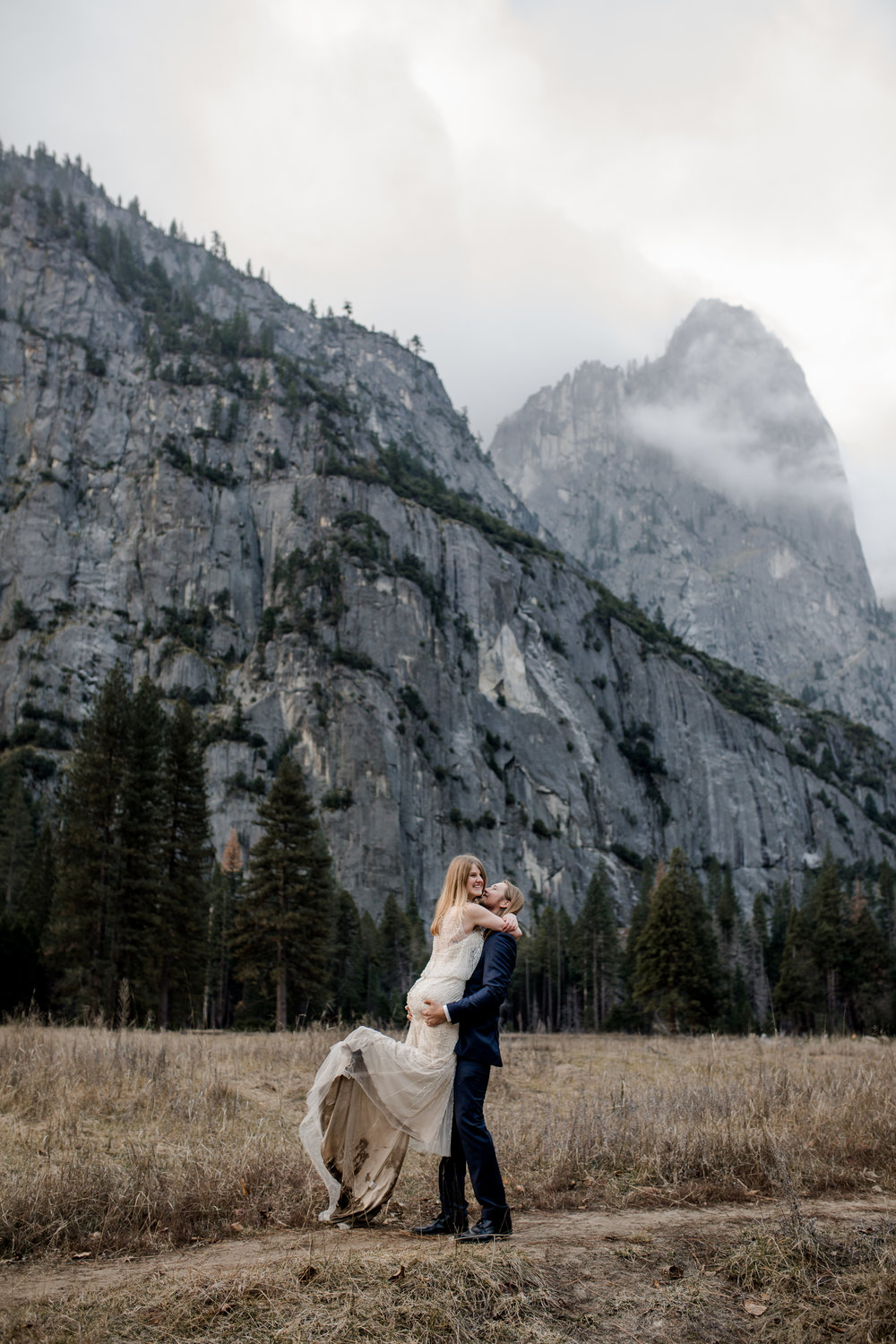 nicole-daacke-photography-yousemite-national-park-elopement-photographer-winter-cloud-moody-elope-inspiration-yosemite-valley-tunnel-view-winter-cloud-fog-weather-wedding-photos-68.jpg