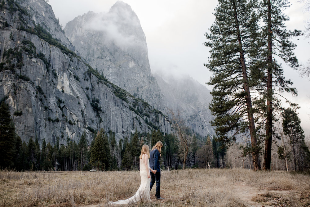 nicole-daacke-photography-yousemite-national-park-elopement-photographer-winter-cloud-moody-elope-inspiration-yosemite-valley-tunnel-view-winter-cloud-fog-weather-wedding-photos-70.jpg