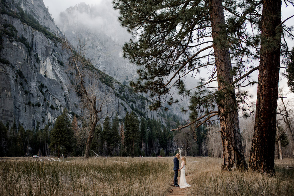 nicole-daacke-photography-yousemite-national-park-elopement-photographer-winter-cloud-moody-elope-inspiration-yosemite-valley-tunnel-view-winter-cloud-fog-weather-wedding-photos-71.jpg