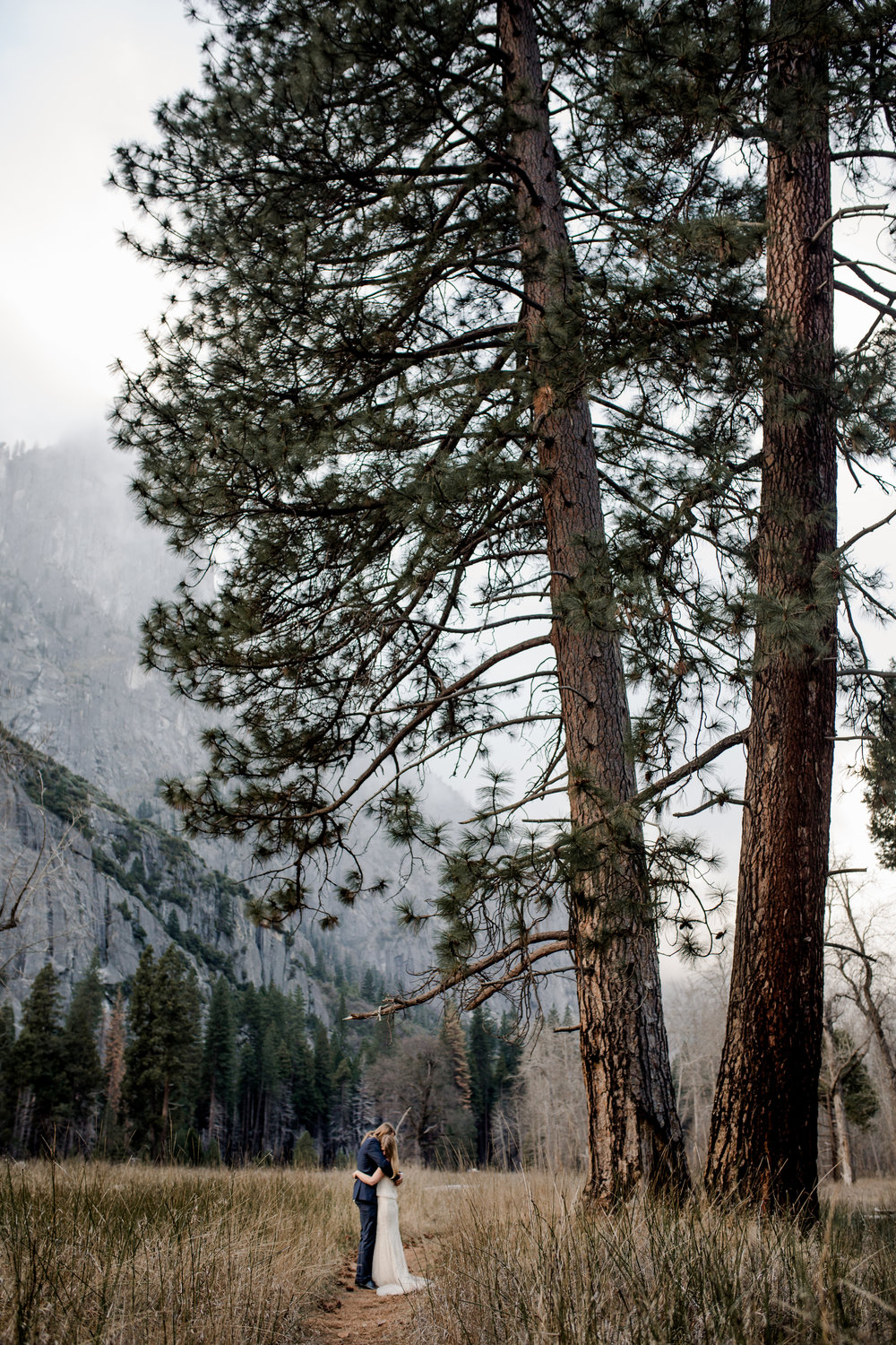 nicole-daacke-photography-yousemite-national-park-elopement-photographer-winter-cloud-moody-elope-inspiration-yosemite-valley-tunnel-view-winter-cloud-fog-weather-wedding-photos-76.jpg
