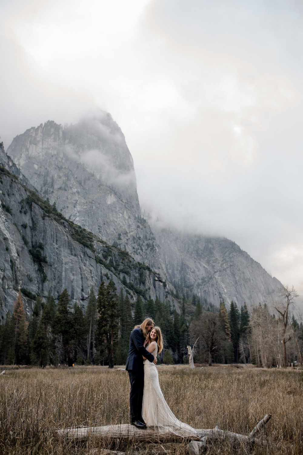 nicole-daacke-photography-yousemite-national-park-elopement-photographer-winter-cloud-moody-elope-inspiration-yosemite-valley-tunnel-view-winter-cloud-fog-weather-wedding-photos-79.jpg