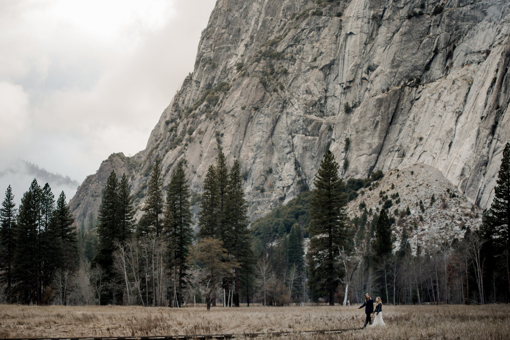 nicole-daacke-photography-yousemite-national-park-elopement-photographer-winter-cloud-moody-elope-inspiration-yosemite-valley-tunnel-view-winter-cloud-fog-weather-wedding-photos-87.jpg