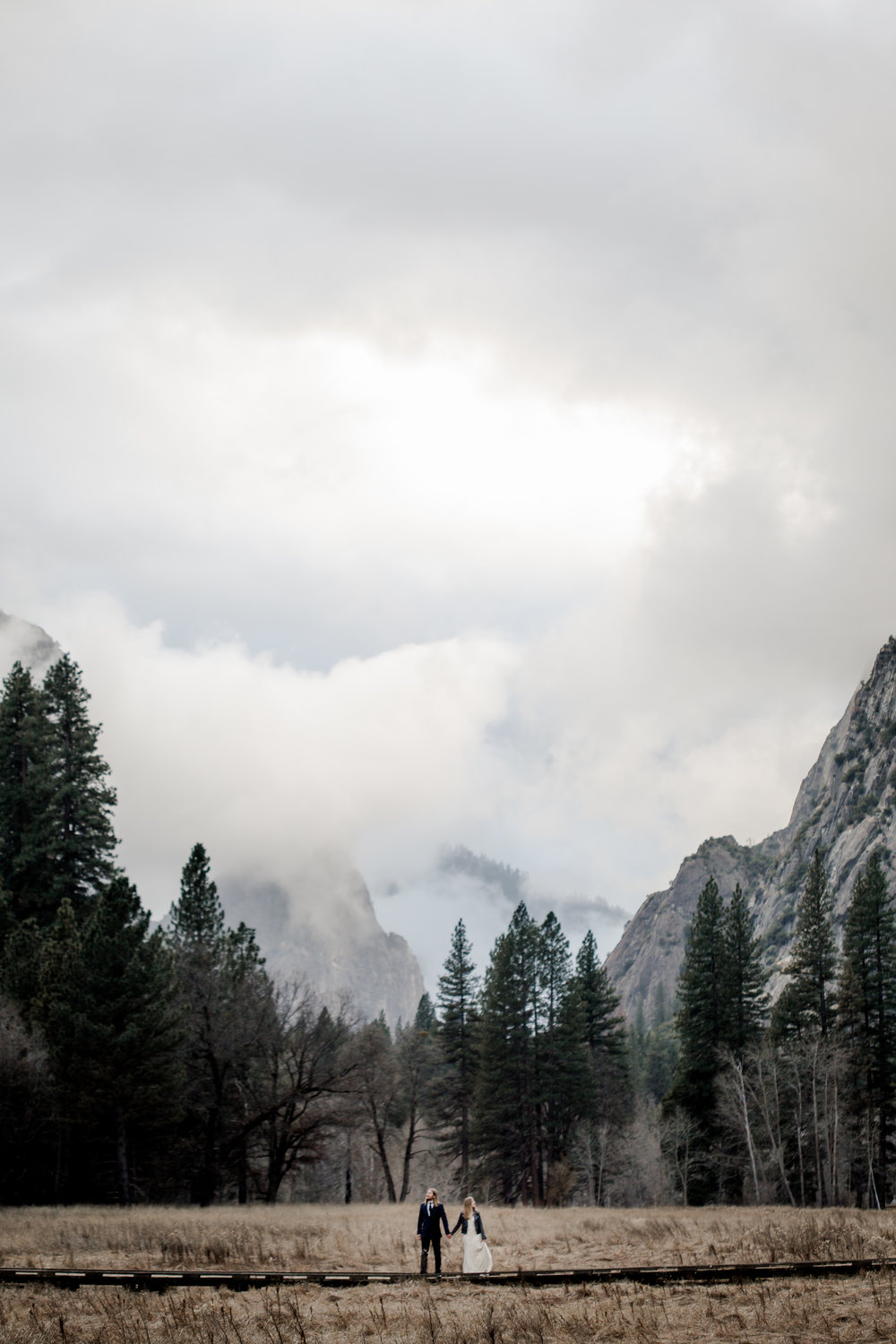 nicole-daacke-photography-yousemite-national-park-elopement-photographer-winter-cloud-moody-elope-inspiration-yosemite-valley-tunnel-view-winter-cloud-fog-weather-wedding-photos-89.jpg