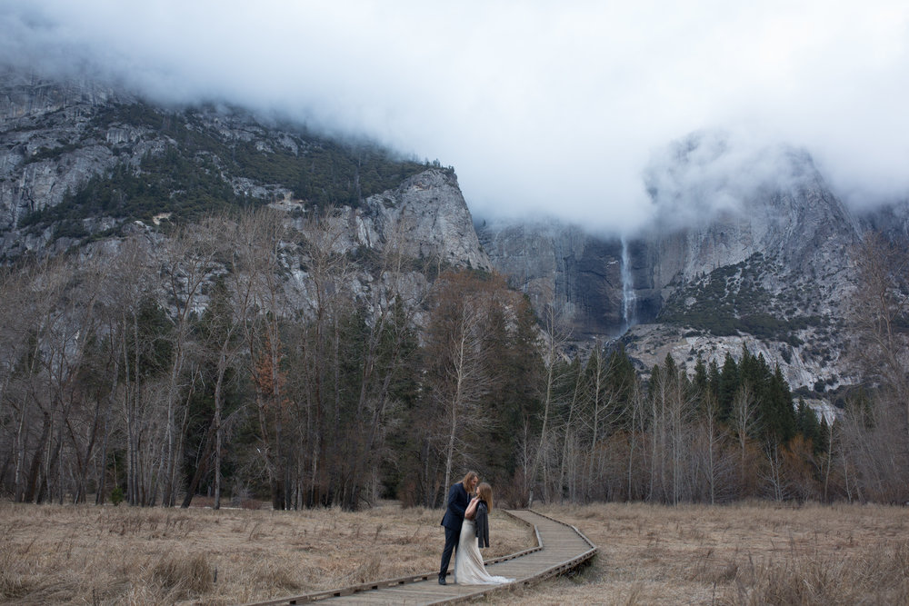 nicole-daacke-photography-yousemite-national-park-elopement-photographer-winter-cloud-moody-elope-inspiration-yosemite-valley-tunnel-view-winter-cloud-fog-weather-wedding-photos-93.jpg