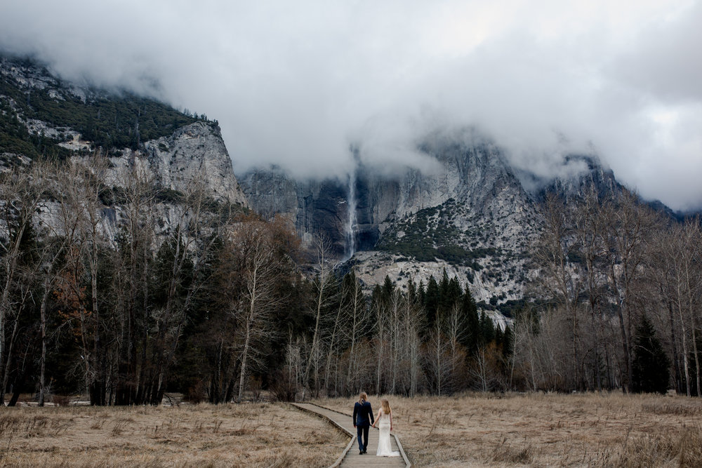 nicole-daacke-photography-yousemite-national-park-elopement-photographer-winter-cloud-moody-elope-inspiration-yosemite-valley-tunnel-view-winter-cloud-fog-weather-wedding-photos-96.jpg