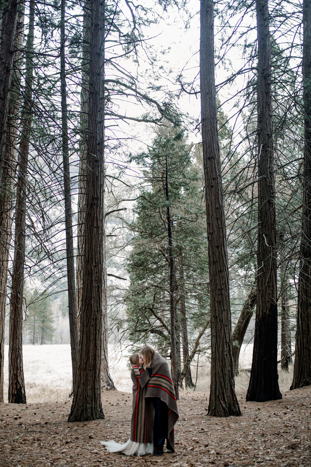 nicole-daacke-photography-yousemite-national-park-elopement-photographer-winter-cloud-moody-elope-inspiration-yosemite-valley-tunnel-view-winter-cloud-fog-weather-wedding-photos-104.jpg