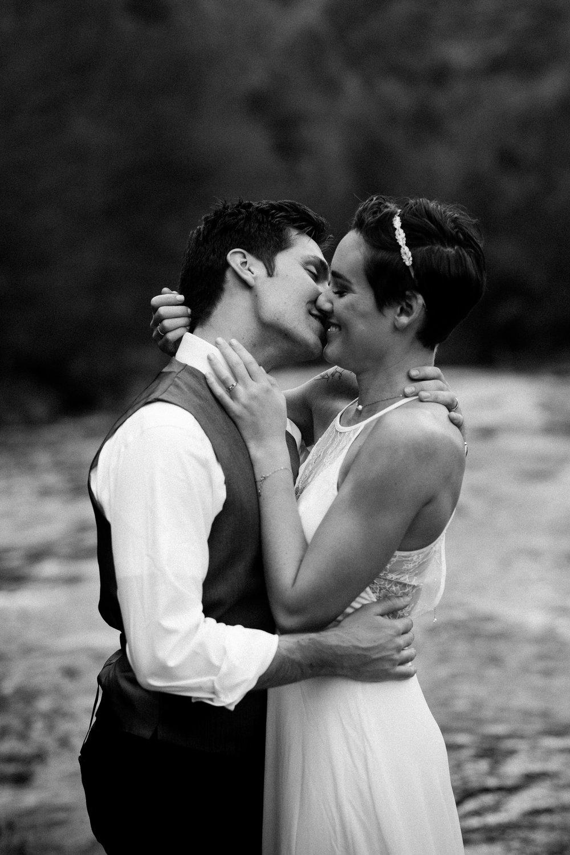 nicole-daacke-photography-sedona-arizona-destination-elopement-wedding-photographer-catherdral-rock-hiking-elopement-sedona-river-elopement-photos-desert-rock-wedding-photographer-laid-back-spontaneous-elopement-115.jpg