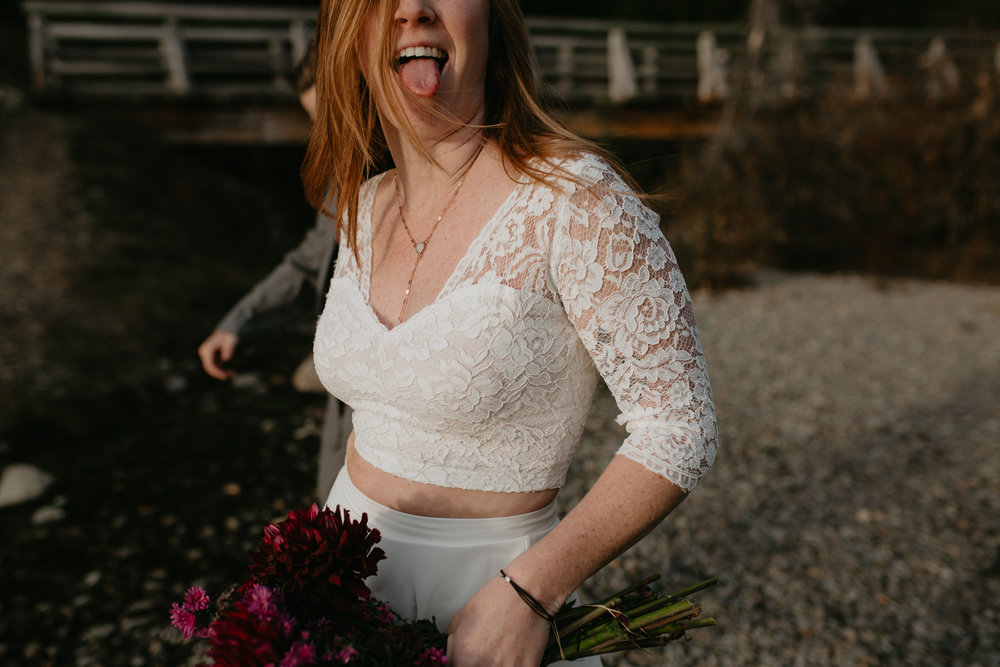 nicole-daacke-photography-mountain-view-elopement-at-gold-creek-pond-snoqualmie-washington-wa-elopement-photographer-photography-adventure-elopement-in-washington-fall-lakeside-golden-sunset-boho-fun-bride-0321.jpg