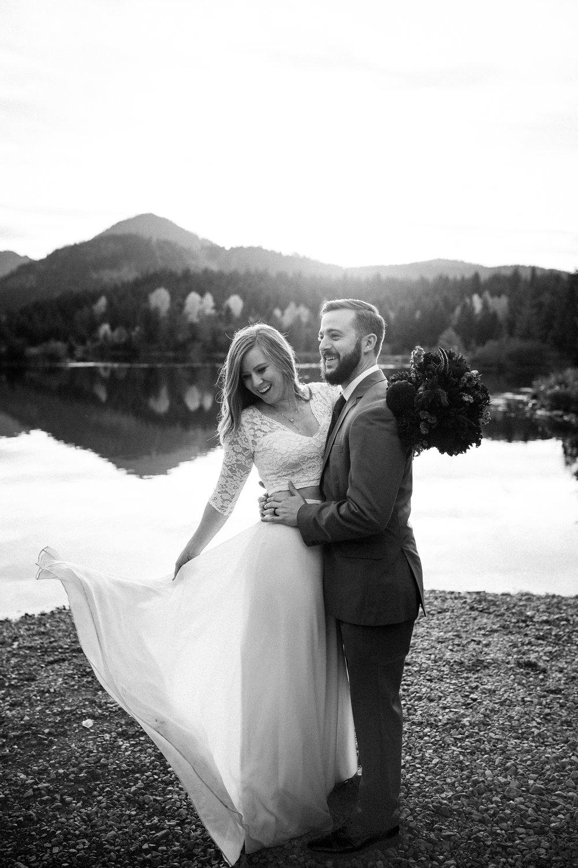 nicole-daacke-photography-mountain-view-elopement-at-gold-creek-pond-snoqualmie-washington-wa-elopement-photographer-photography-adventure-elopement-in-washington-fall-lakeside-golden-sunset-boho-fun-bride-0330.jpg